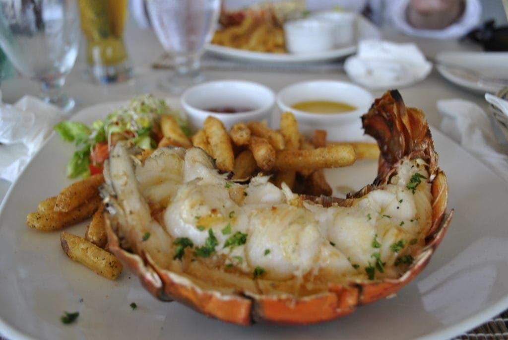 Im Lobster Alive in Bridgetown wird frisch gegrillter Hummer serviert.