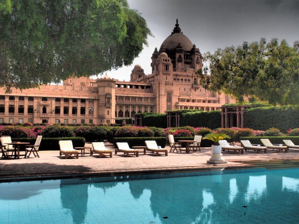 Im Taj Umaid Bhawan schlafen die Hotelgäste im linken Flügel, der Maharadscha residiert im rechten.