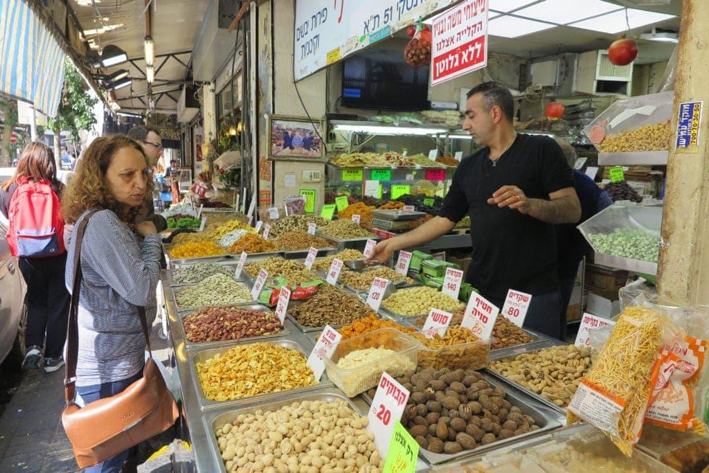 Buntes Treiebn auf dem Levinsky Markt in Tel Aviv