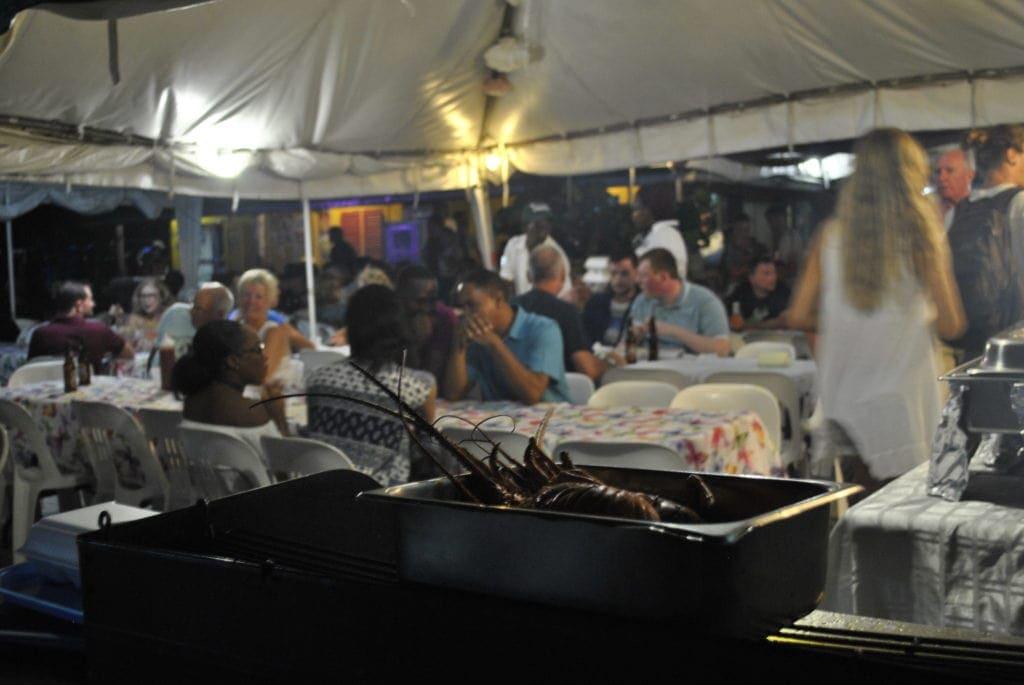 Auf dem Oistins Fish Fry kommen am Wochenende Einheimische und Touristen zu einem Barbecue zusammen.