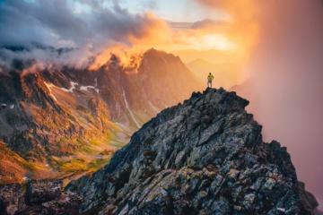 Wanderer steht auf einem Berg in der Hohen Tatra in der Slowakei