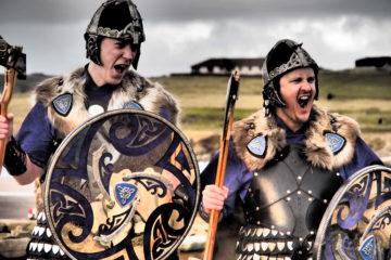 Kostümierte Wikinger auf den Shetlandinseln
