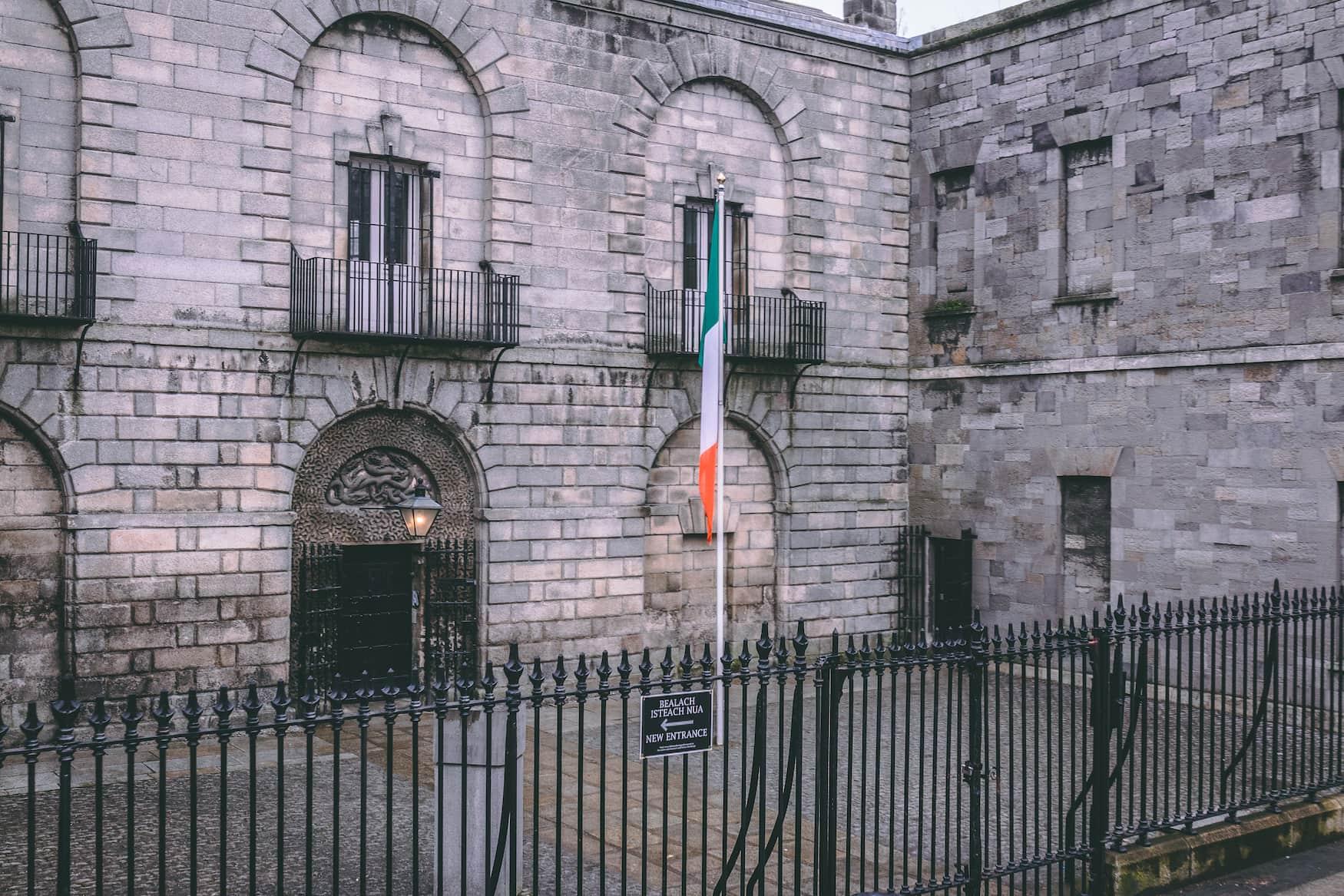 Außenfassade des Kilmainham Gaols in Dublin, das heute als Museum genutzt wird