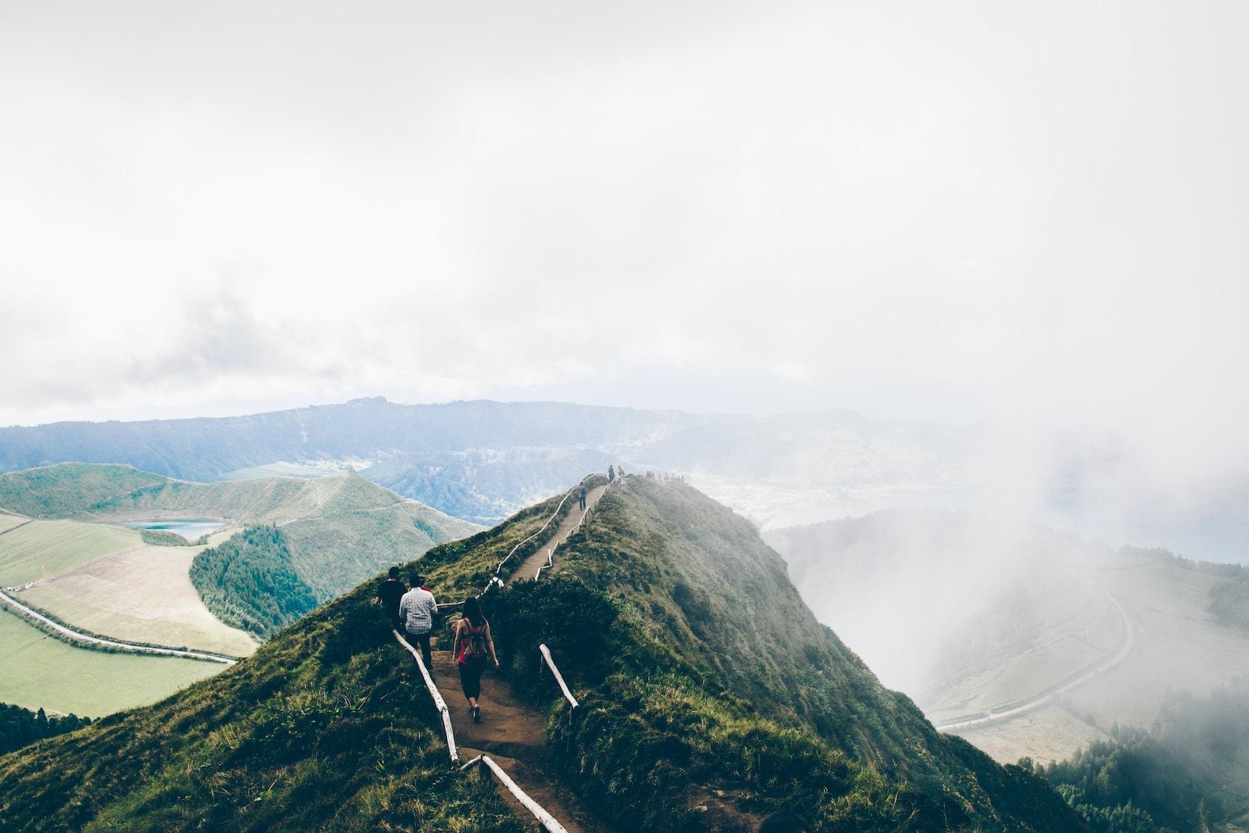 Wolkenverhangener Vulkankrater auf den Azoren