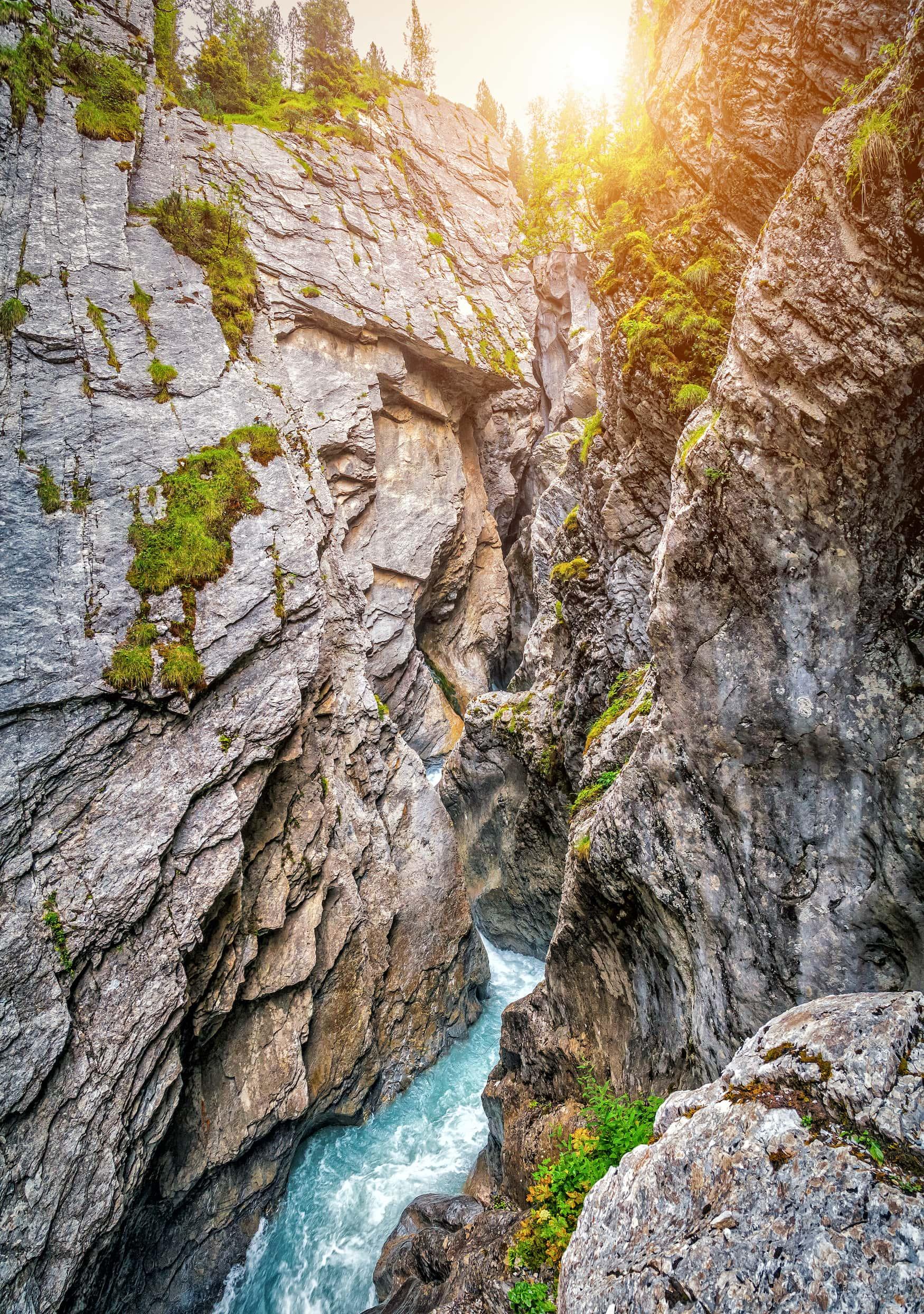 Schöne Aussicht auf die berühmte mystische Rosenlauigletscherschlucht (Rosenlaui Gletscherschlucht), die seit 2001 zum UNESCO-Welterbe gehört, von einem schmalen Wanderweg in den Berner Alpen im Sommer, Schweiz