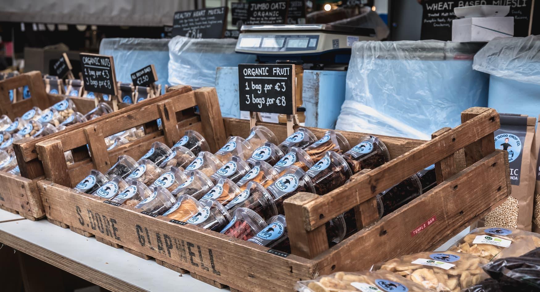 Getrocknetes Obst wird auf einem Straßenmarkt in Temple Bar Viertel in Dublin verkauft