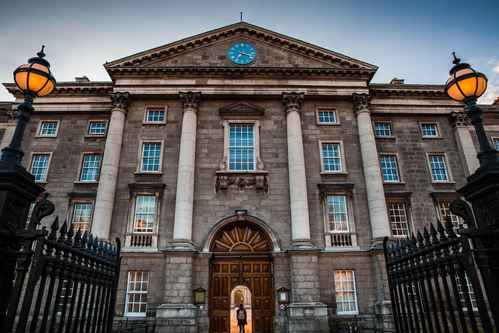 Außenfassade des Trinity Colleges in Dublin