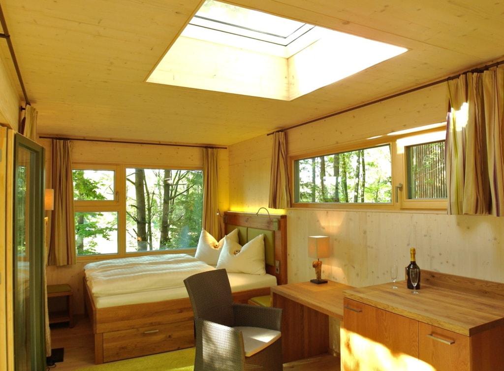Die Baumhaus Lodge Schrems in Österreich ist eine Ruheort in der Natur.