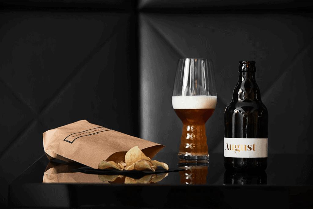 Bier auf Tisch in Bar in Hotel am Steinplatz