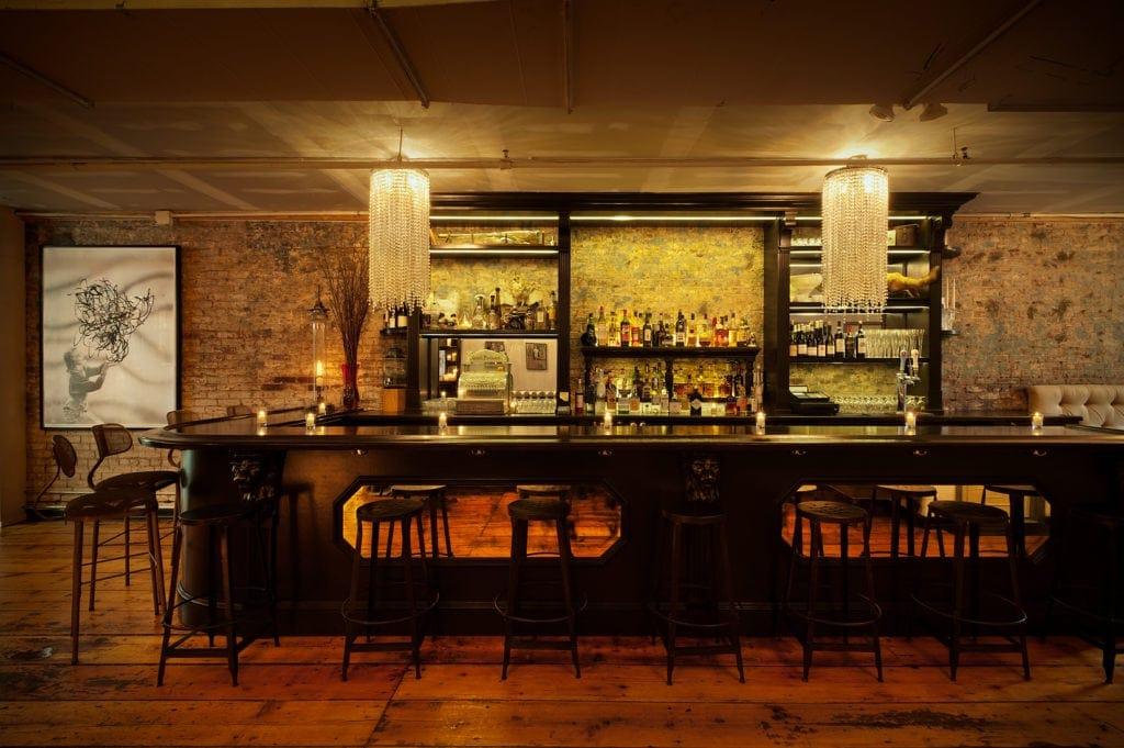 Versteckt hinter einer Kunstgallerie liegt diese schicke Bar, Figure 19.