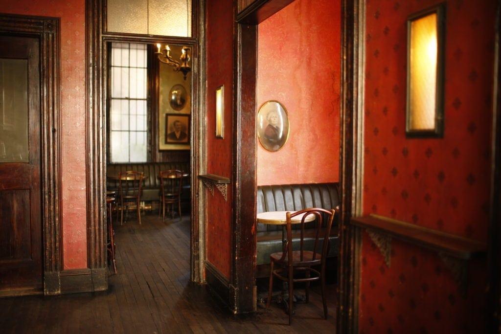 Vorne ist die Bar großräumig und hell, hinten schließen einige verwinkelte Räume an.