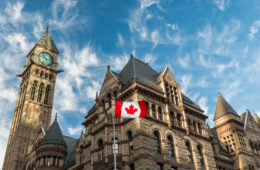 Old City Hall in Toronto, Kanada-Flagge