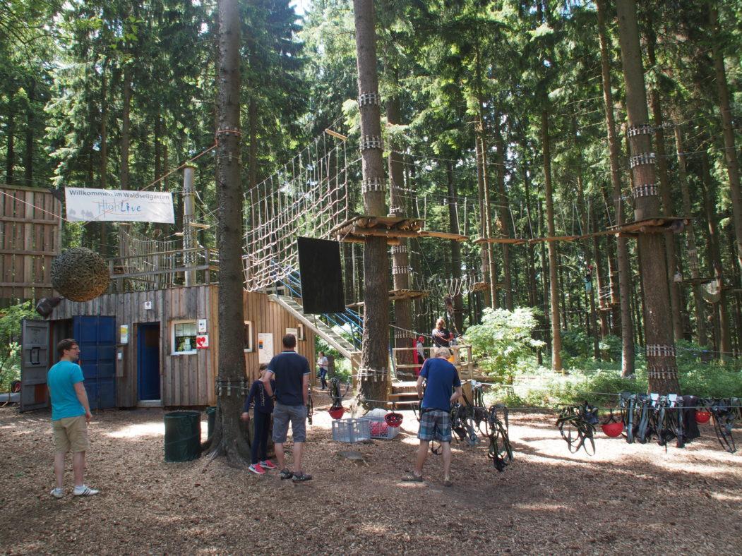Urlaub im Hunsrück: Besucher im Kletterpark Highfive