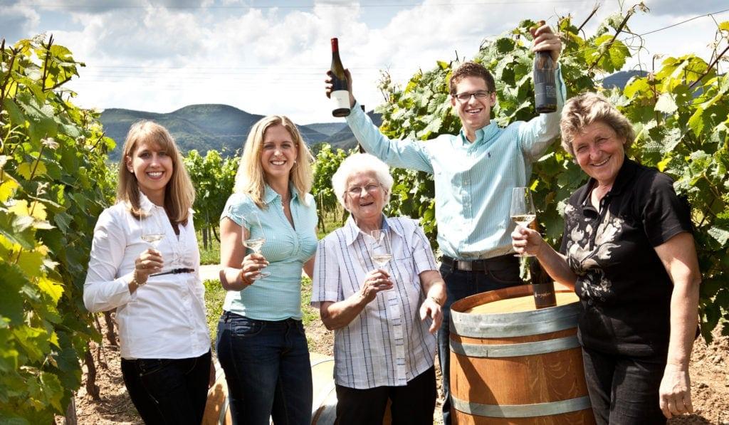 Weinregionen in Europa: Familie Hartmann im Weinberg