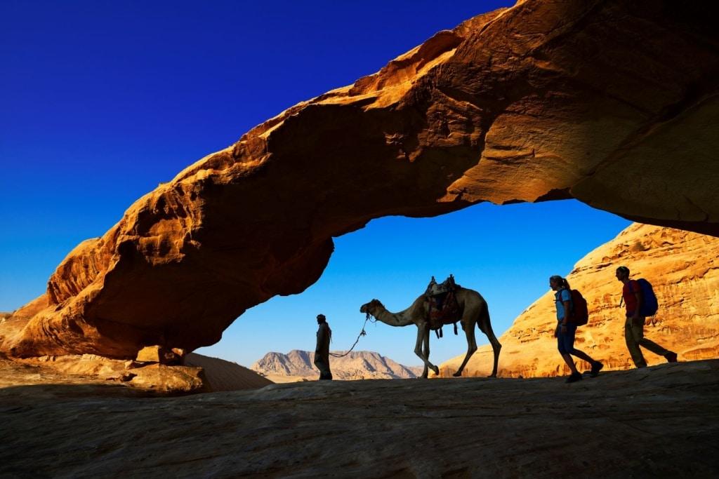 Touristen mit Kamel in Jordanien