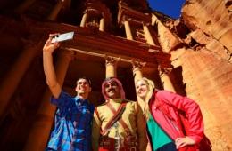 Touristen machen Selfie mit Guide in Petra