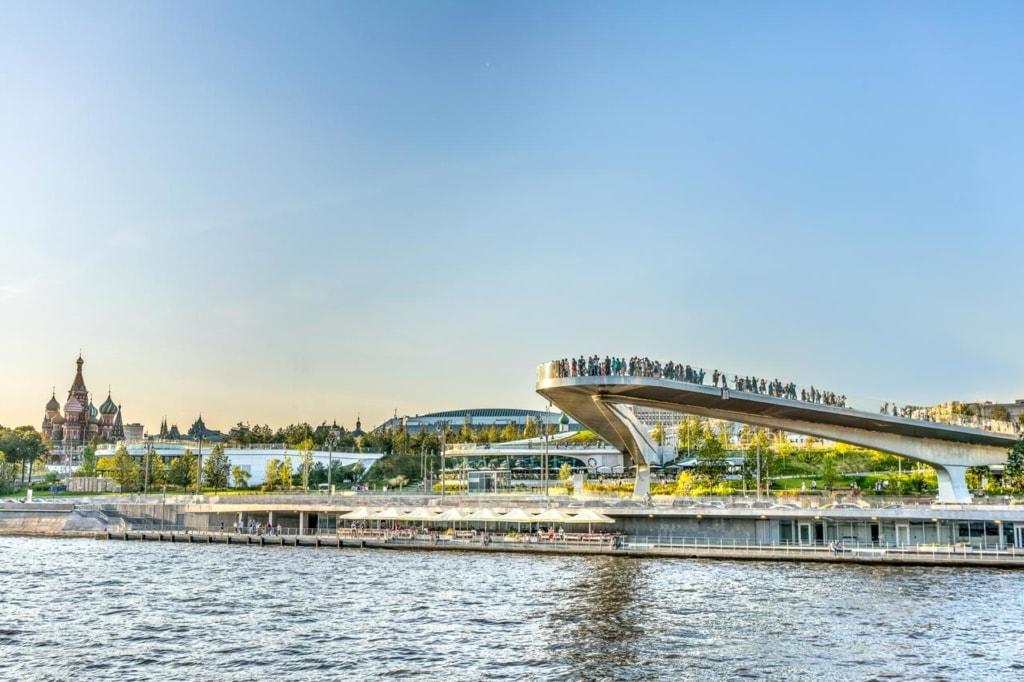 Fliegende Brücke im Zaryadye Park in Moskau
