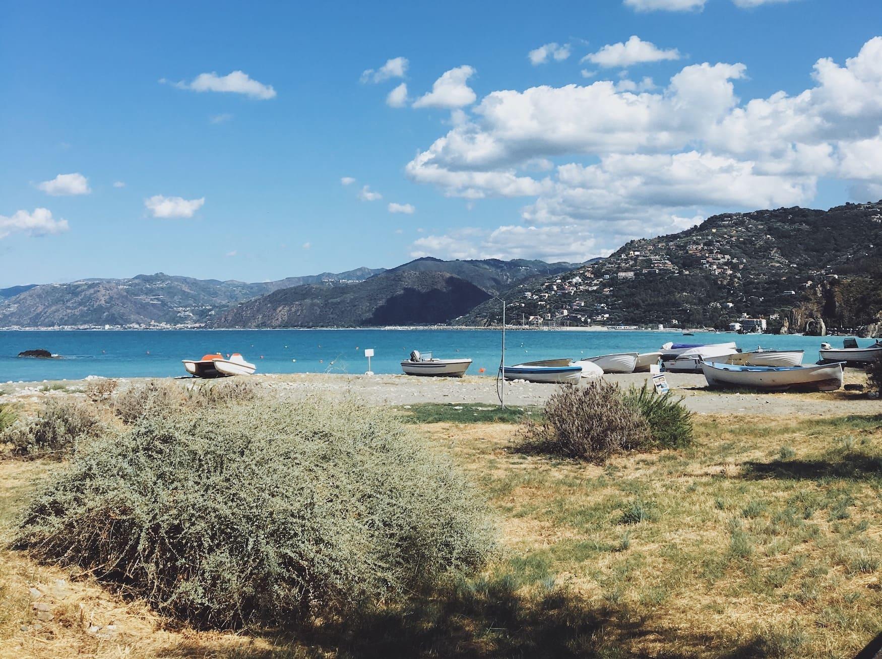 Strandabschnitt mit Booten auf Sizilien, in der Provinz von Messina
