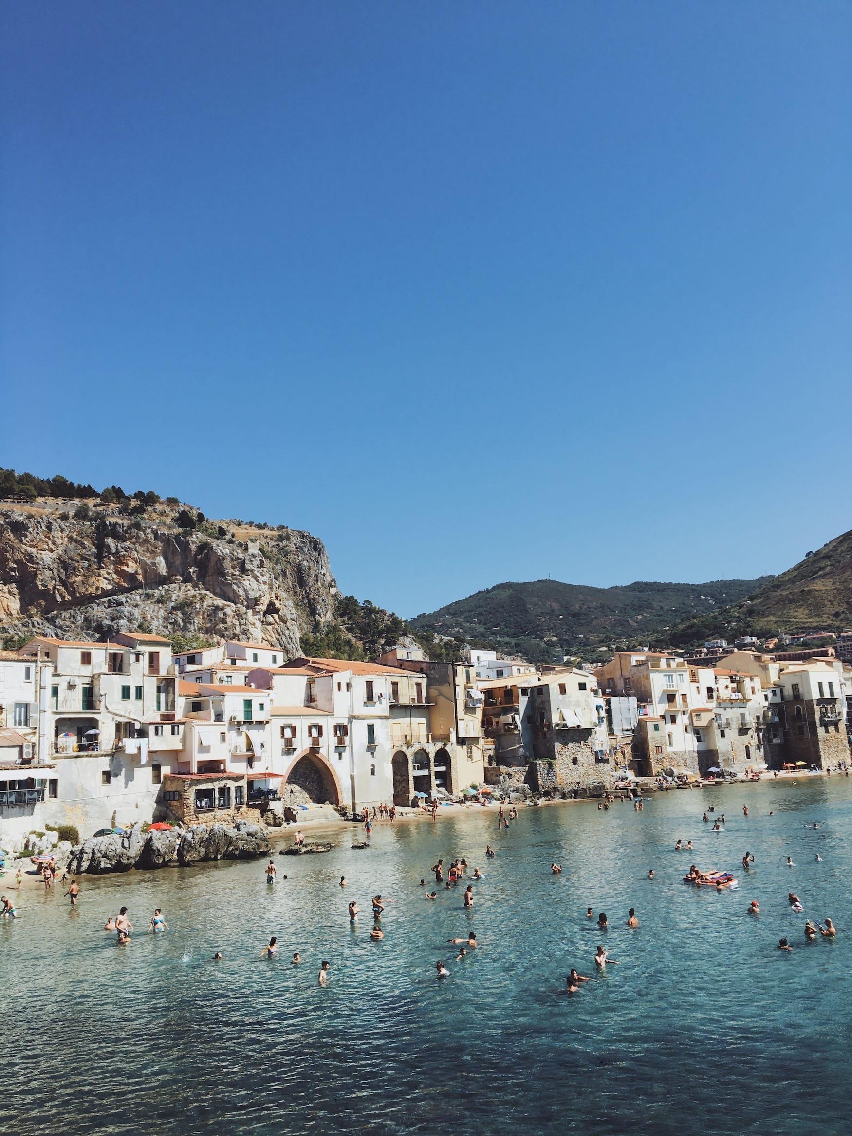 Cefalú ist ein beliebter Küstenort auf Sizilien