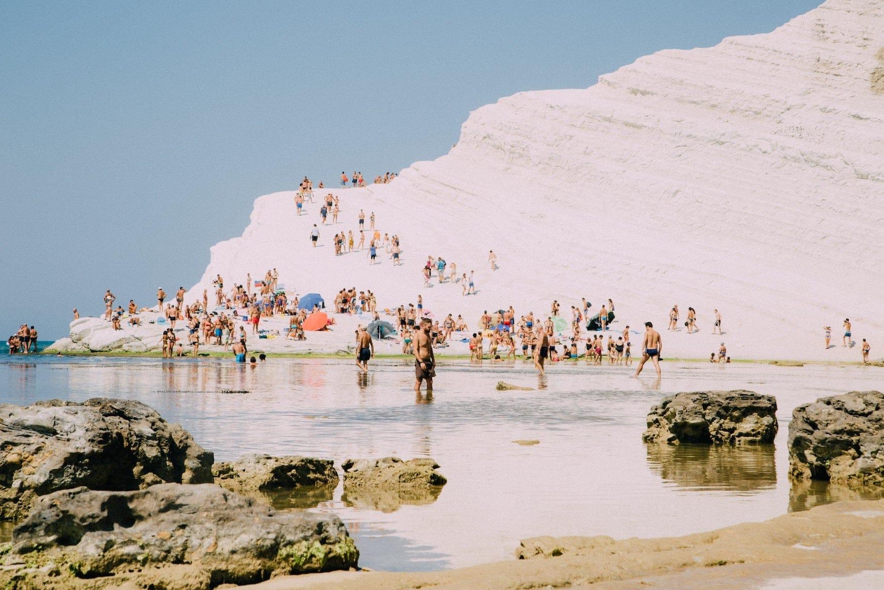 Menschen an Strand in Sizilien