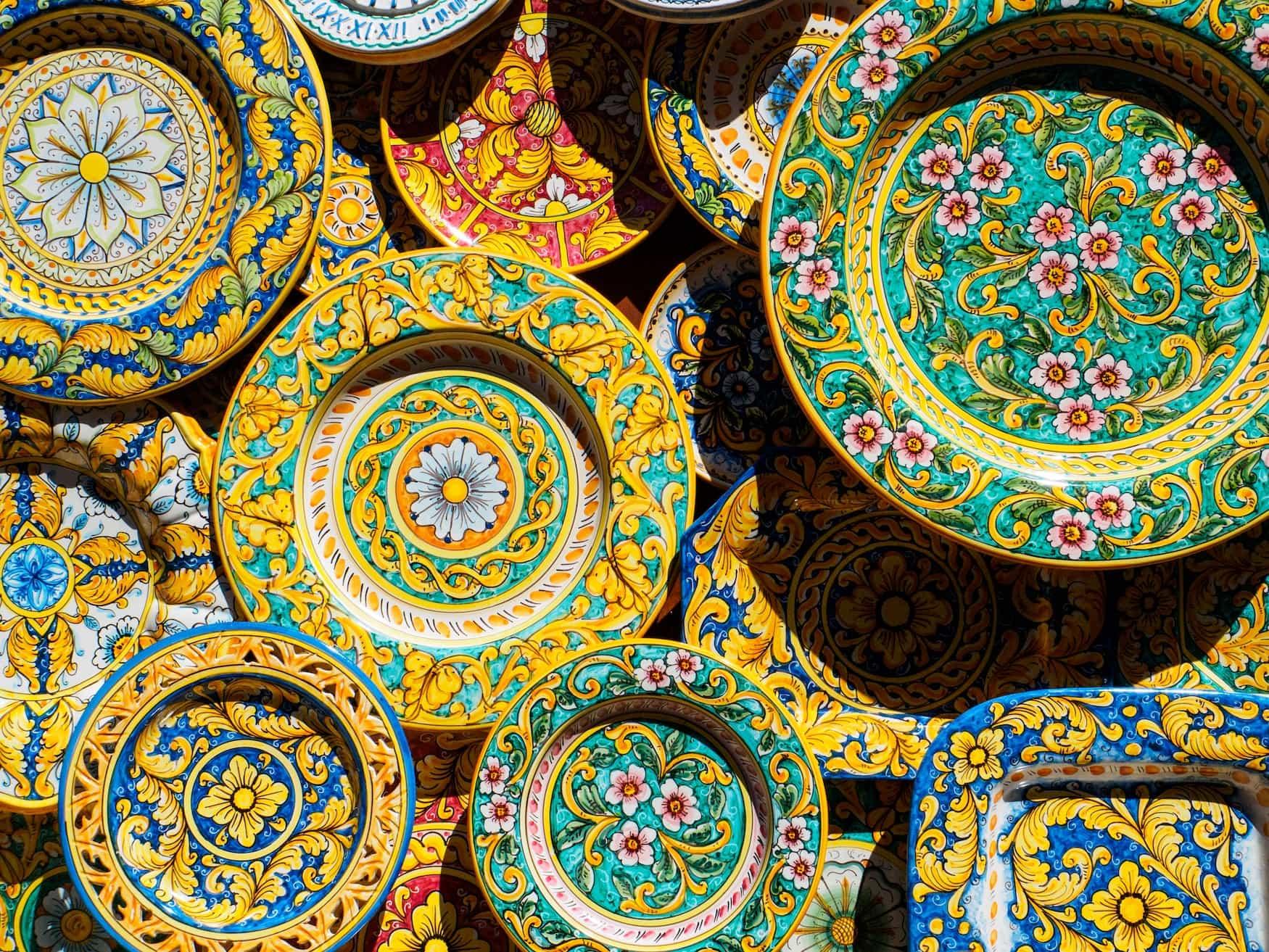 Bunte Keramik gibt es in Sizilien an jeder Ecke zu kaufen