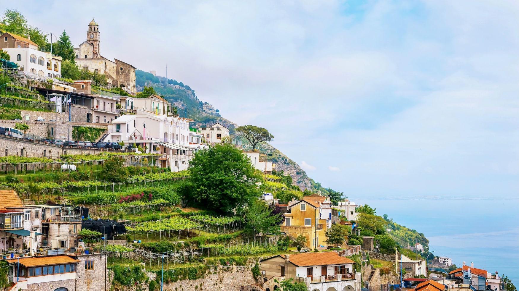 Das kleine, malerische italienische Dorf Furore, mit malerischen kleinen Weinbergen und Gärten, das an einem steilen, terrassenförmigen Hang mit Blick auf das Mittelmeer an der Amalfiküste erbaut wurde.