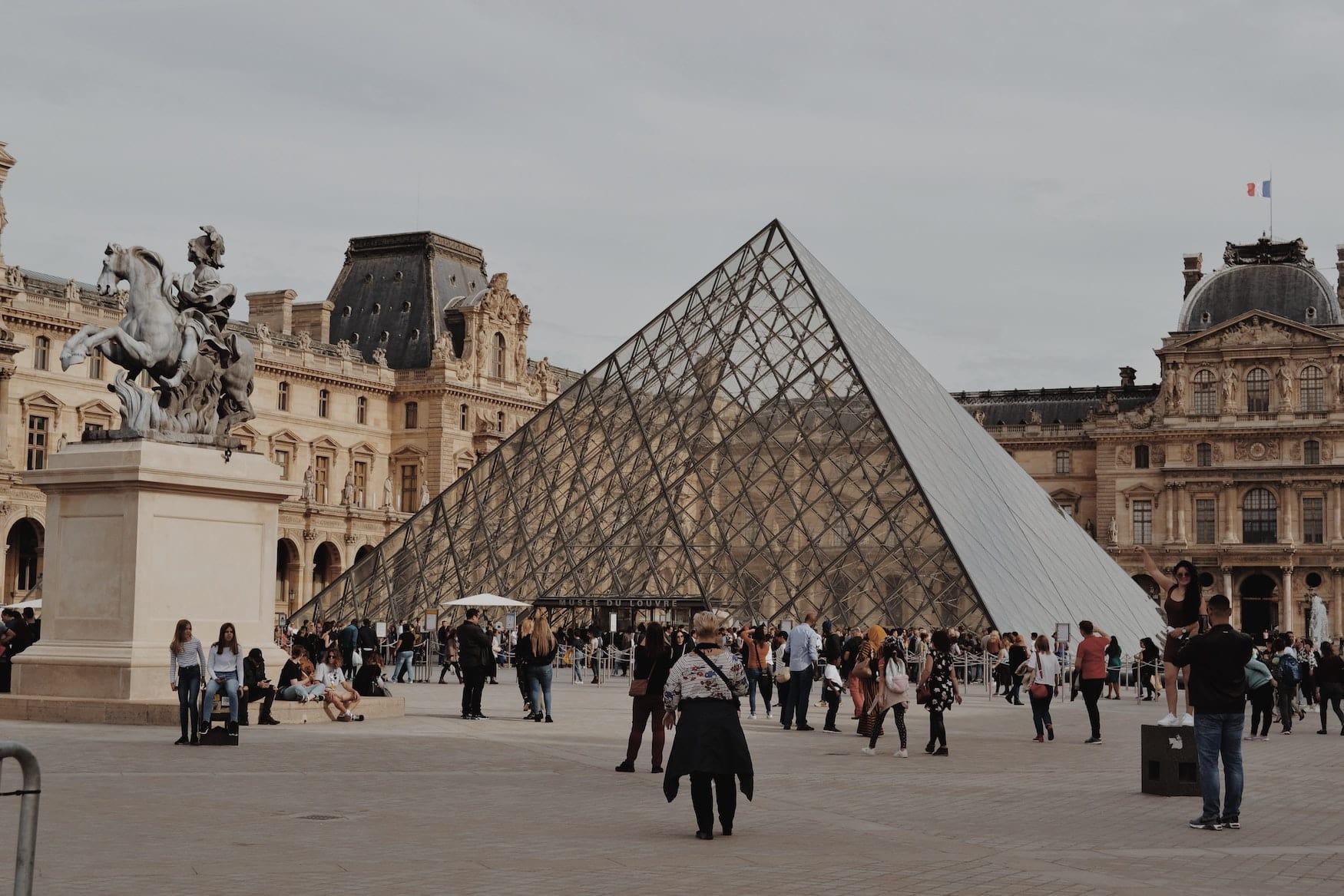 Menschen vor dem Haupteingang des Louvres