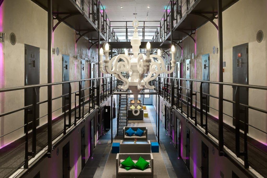 Das Gefängnishotel Het Arresthuis in Roermond war einst Staatsgefängnis, heute sitzen die Gäste freiwillig in dem Vier-Sterne-Hotel ein.