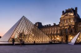 Musée du Louvre bei Nacht