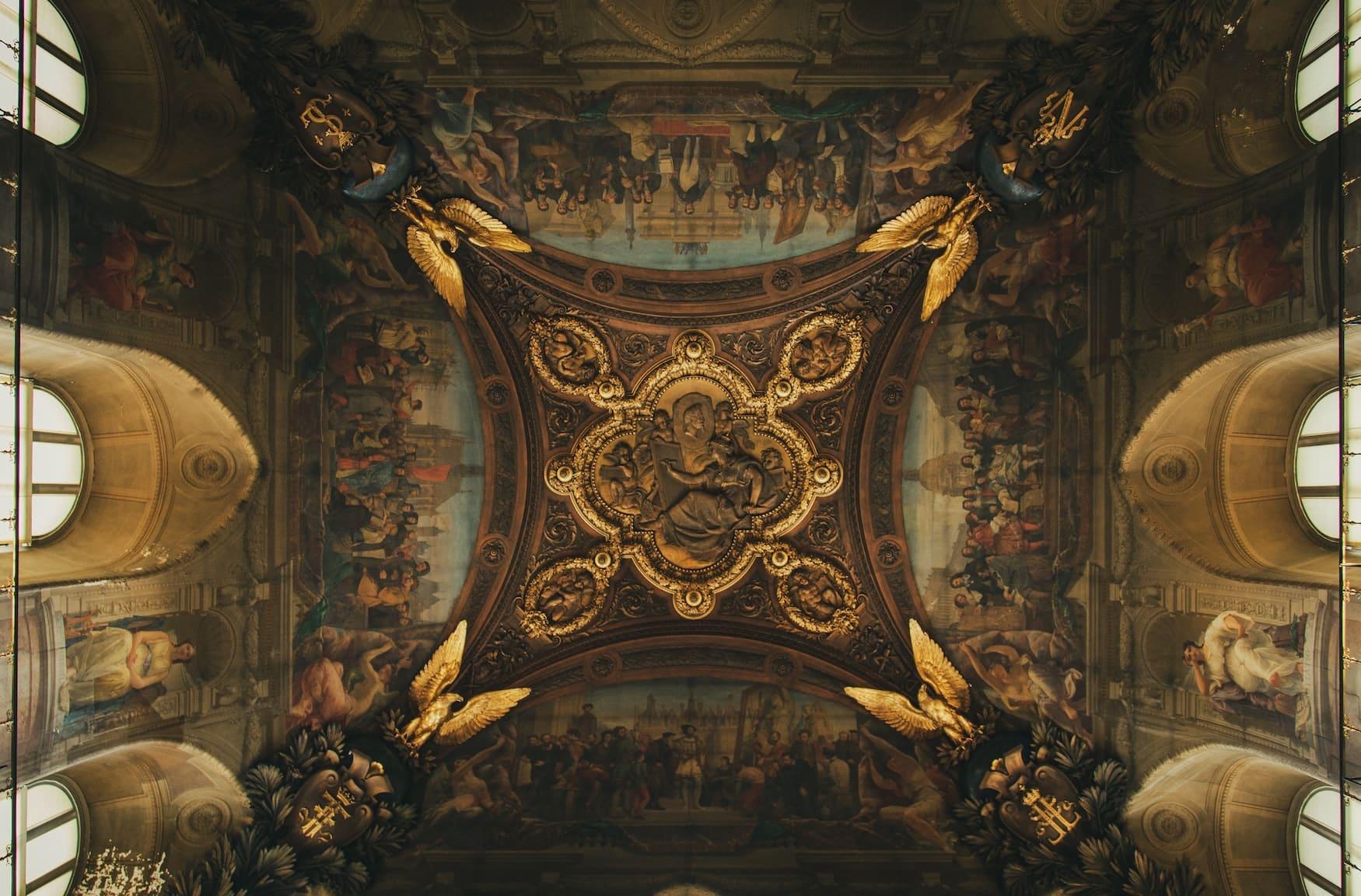 Deckengemälde im Louvre in Paris