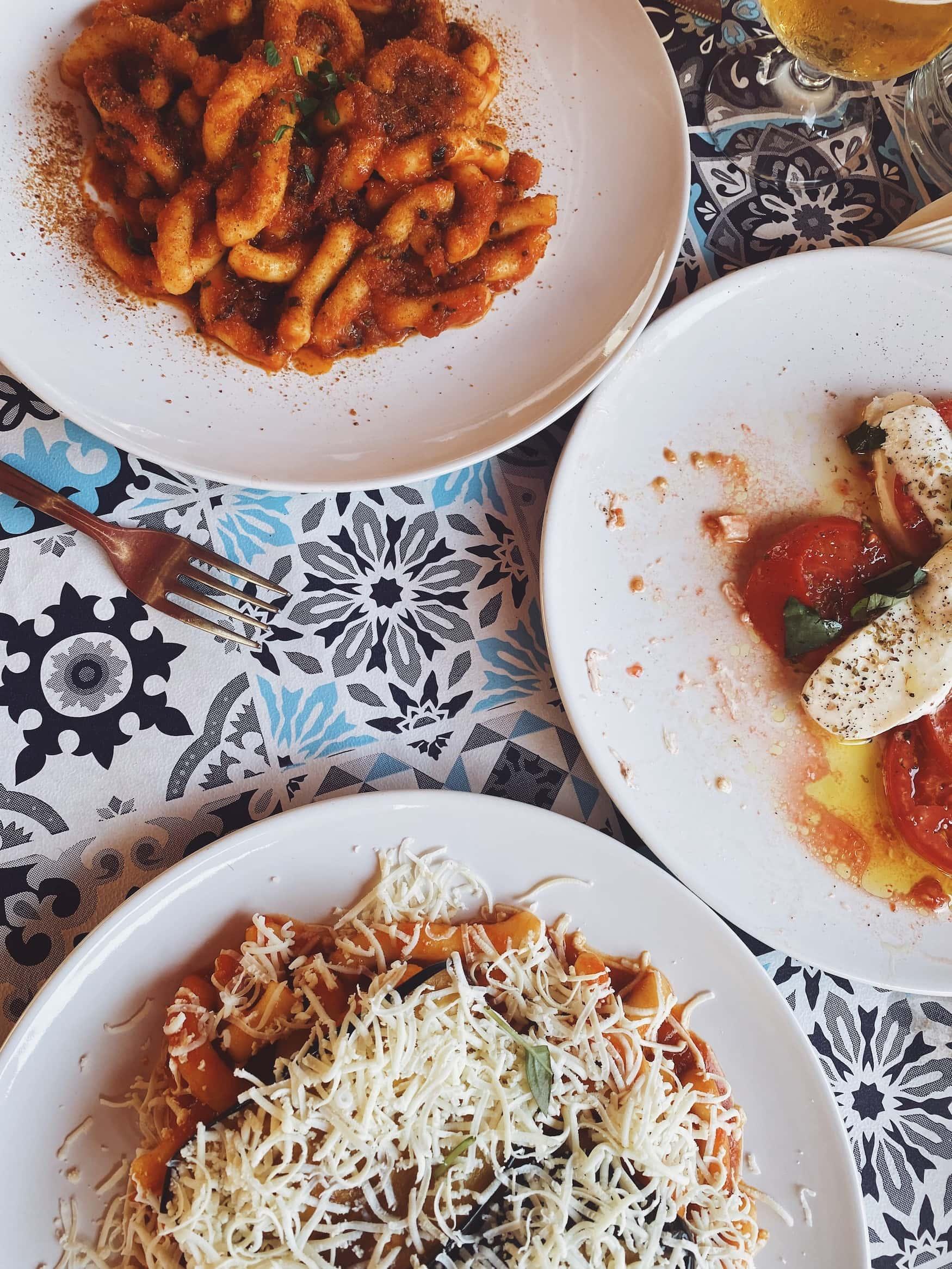 Pasta alla Norma - Pasta mti Tomatensoße, Auberginen und salzigem Ricotta.