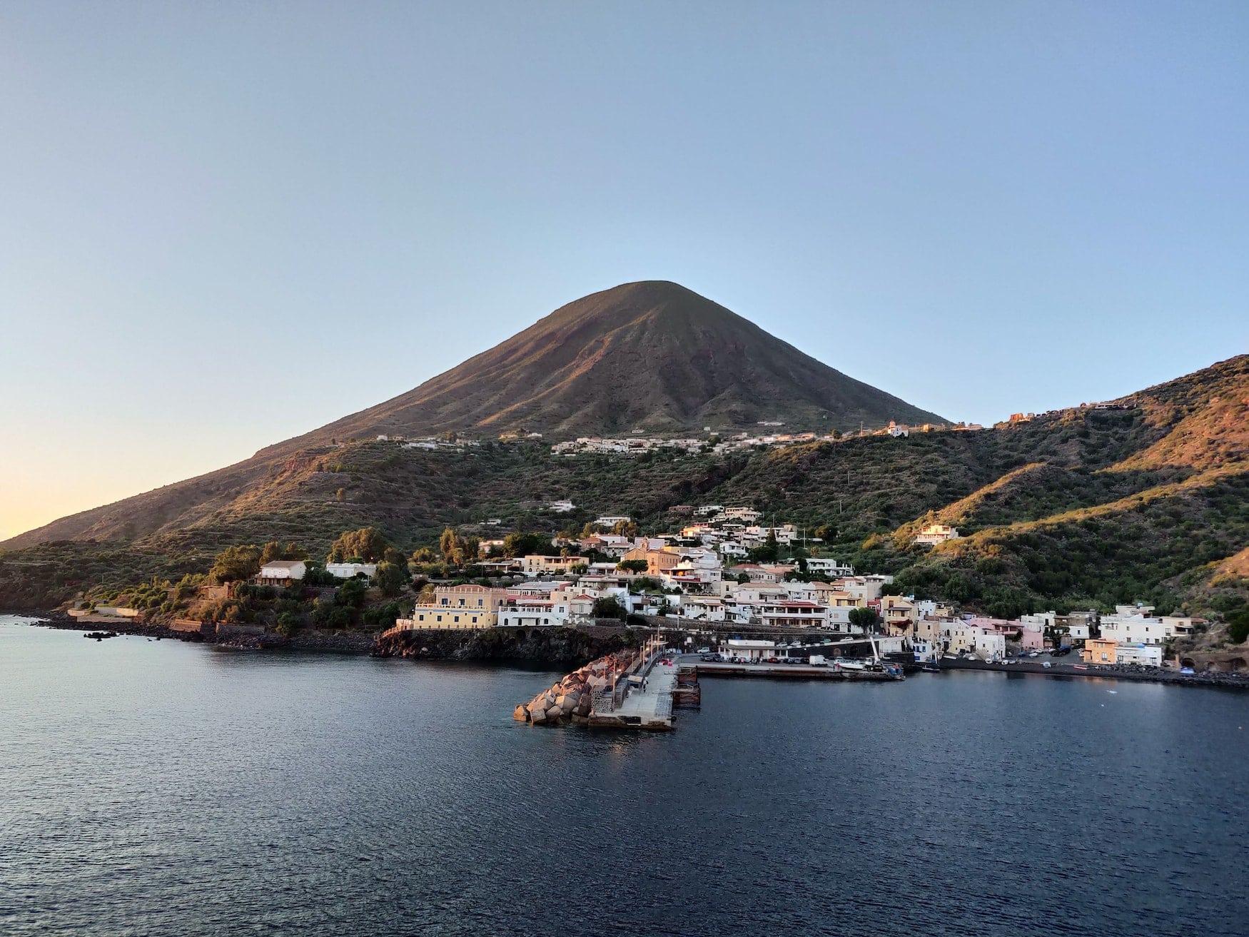 Die Vulkaninsel Salina vor Sizilien