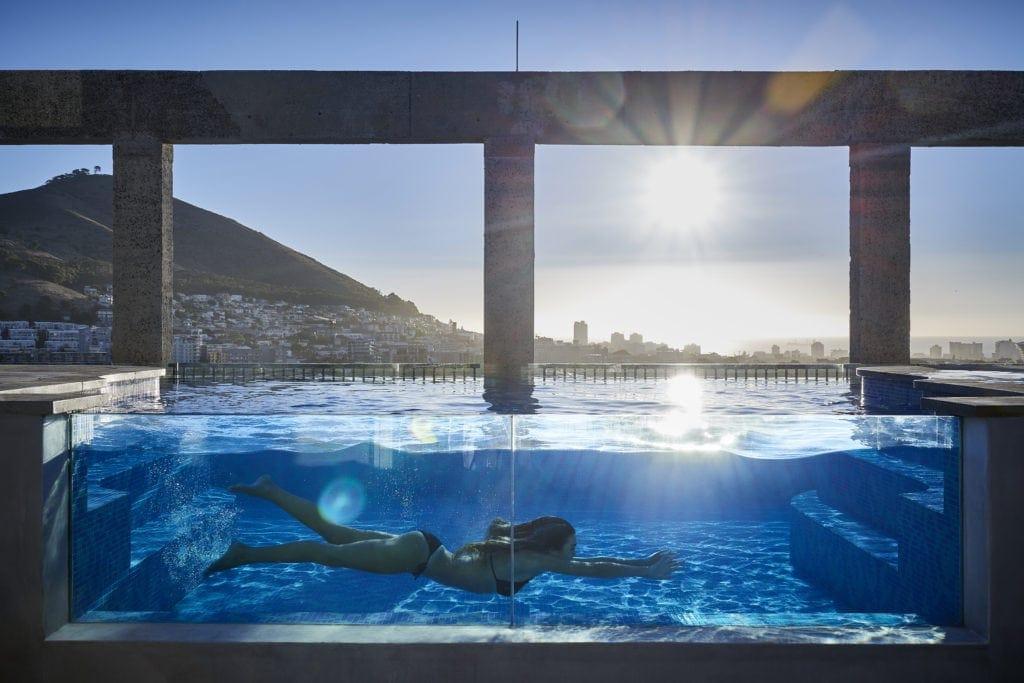 Pool auf der Dachterrasse des The Silo Hotel