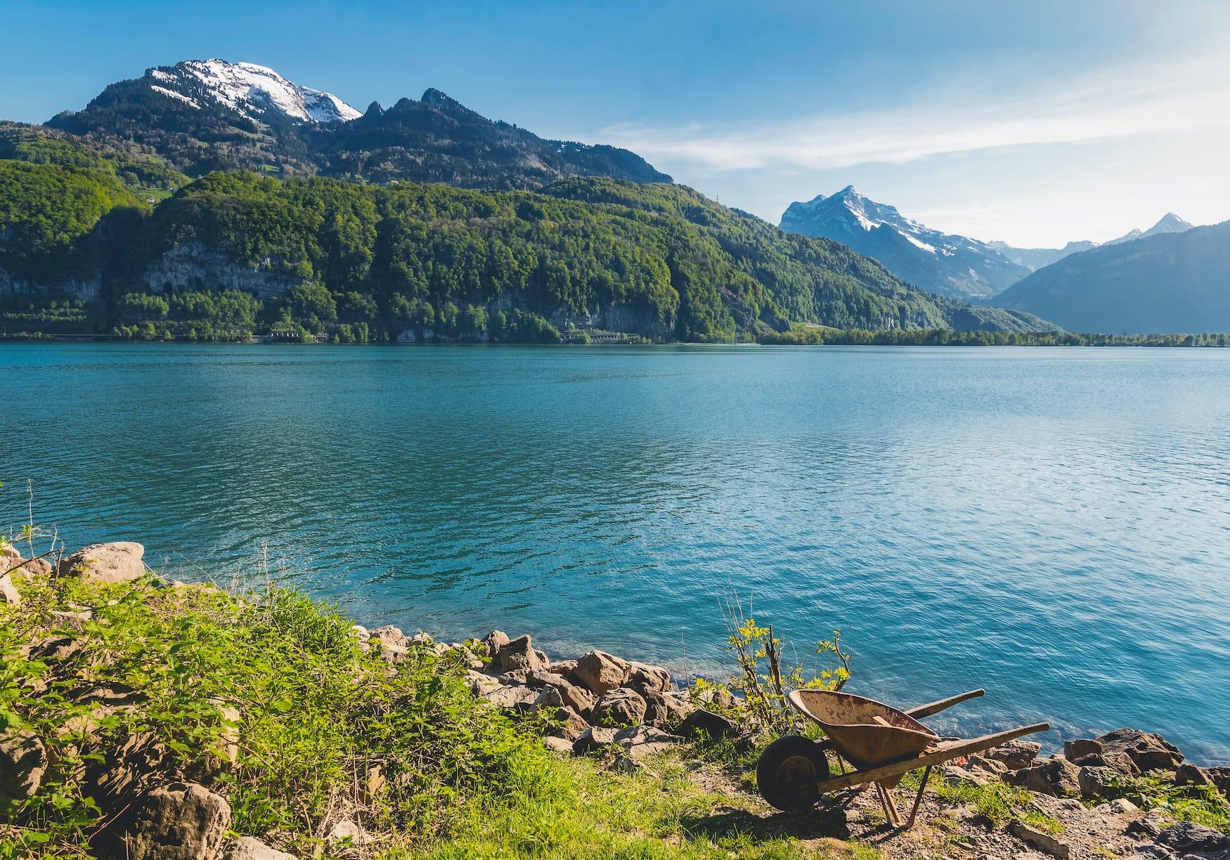 Sonniger Sommertag am Walensee vor der Kulisse der Schweizer Alpen