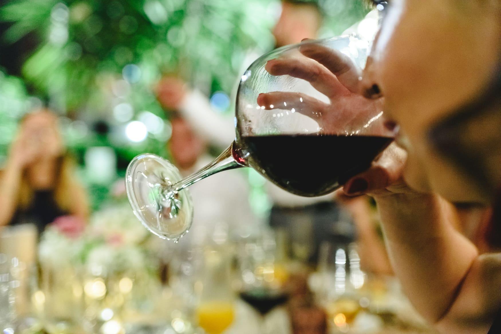 Frau trinkt Rotwein in Valencia