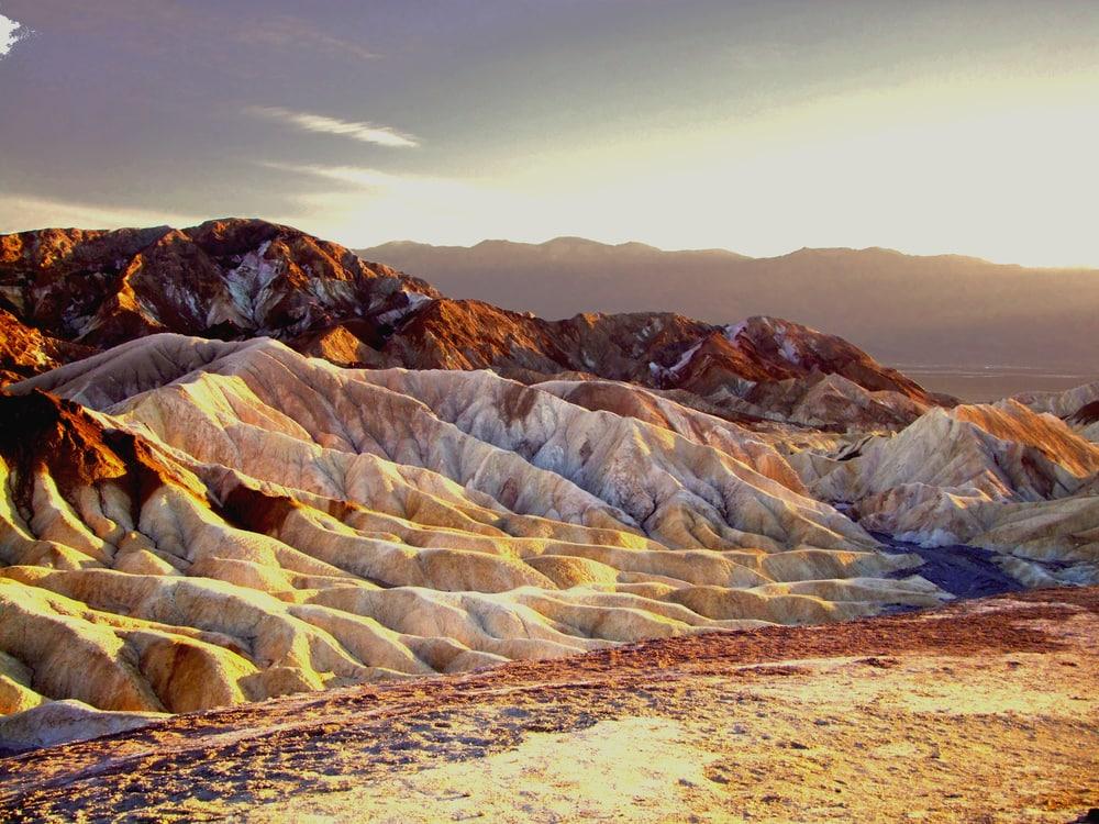 Mondartige Wüste in Sonnenaufgang