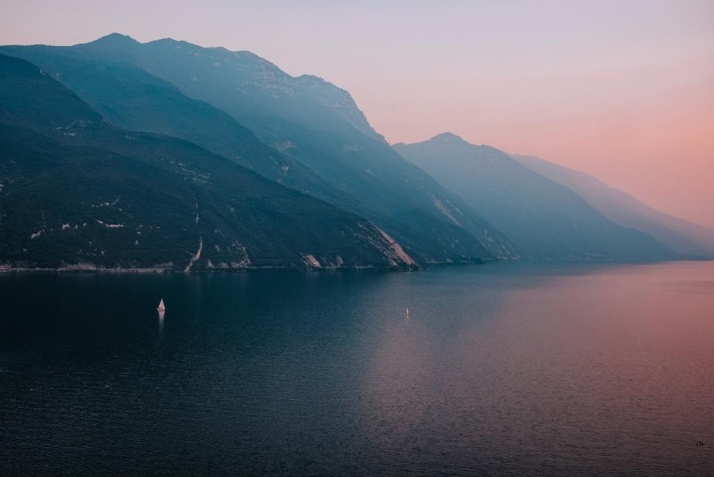 Der Gardasee in Italien zeigt zum Sonnenuntergang ein besonders schönes Bild.
