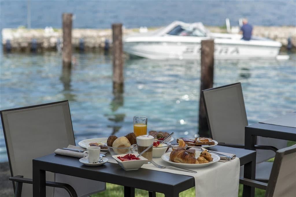 Frühstück direkt am See ist in diesen Luxushotels am Gardasee kein Problem.