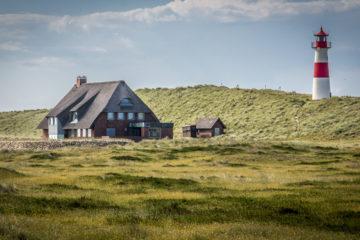 Haus und Leuchtturm an der Nordsee