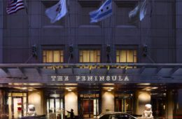 Eingang des The Peninsula Chicago
