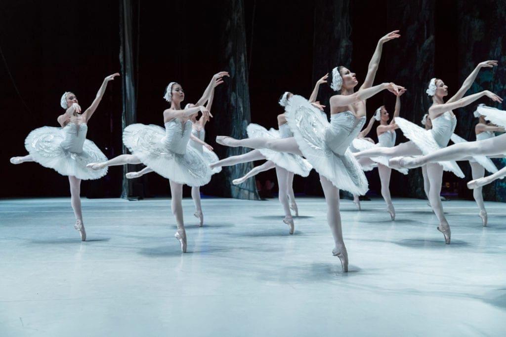 Das Staatliche Russische Ballett Moskau tanzt Schwanensee.