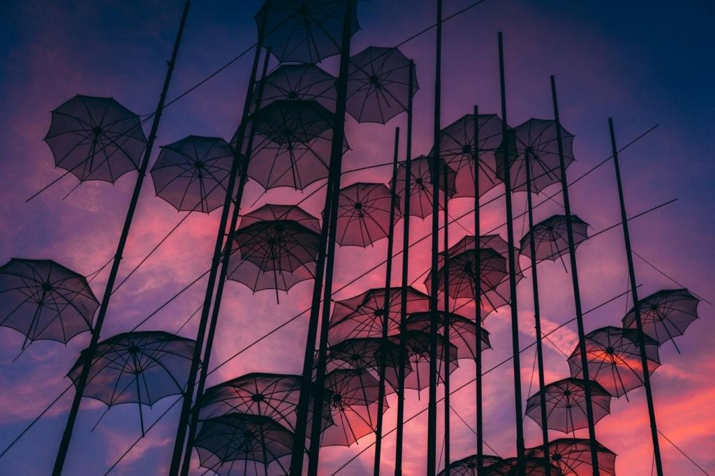 An der Promenade von Thessaloniki türmen sich diese Regenschirme als Kunstinstallation.