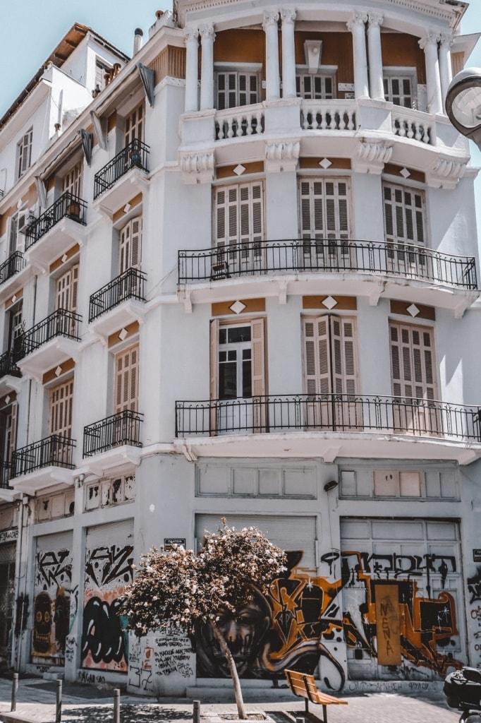 Schöne Häuerfassaden zieren die Altstadt von Thessaloniki.