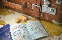 Old-School-Reisekoffer mit geöffnetem Reisepass