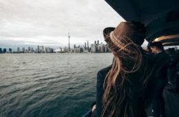 Frau fährt mit der Fähre nach Toronto, Kanada