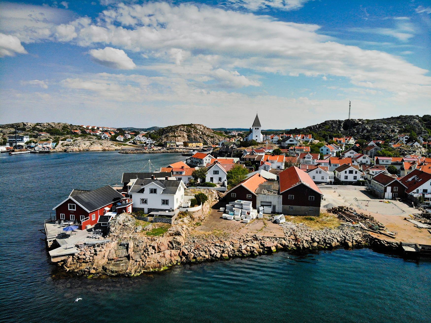Blick auf Holzhütten in Westschweden