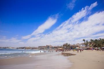Blauer Himmel und weißer Sandstrand in Peru