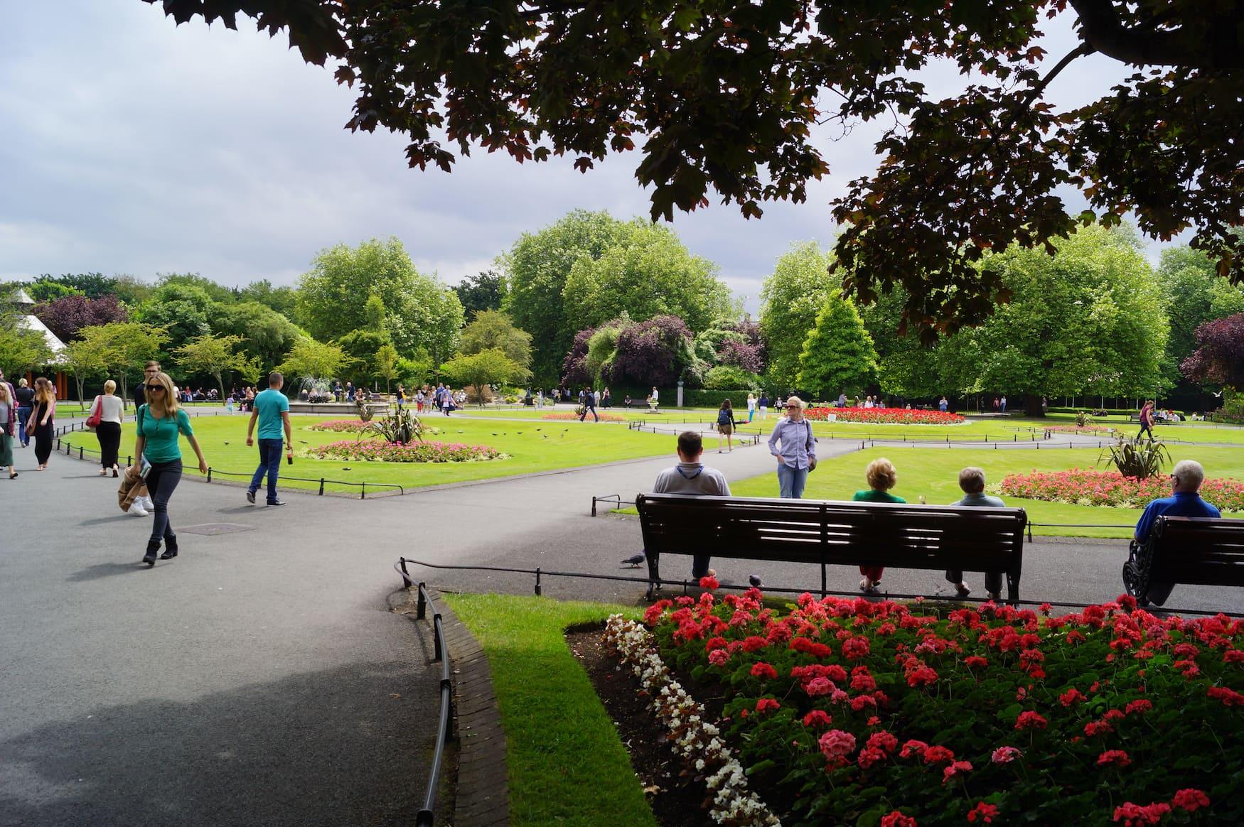 Menschen im St. Stephen's Green Park in Dublin, Irland