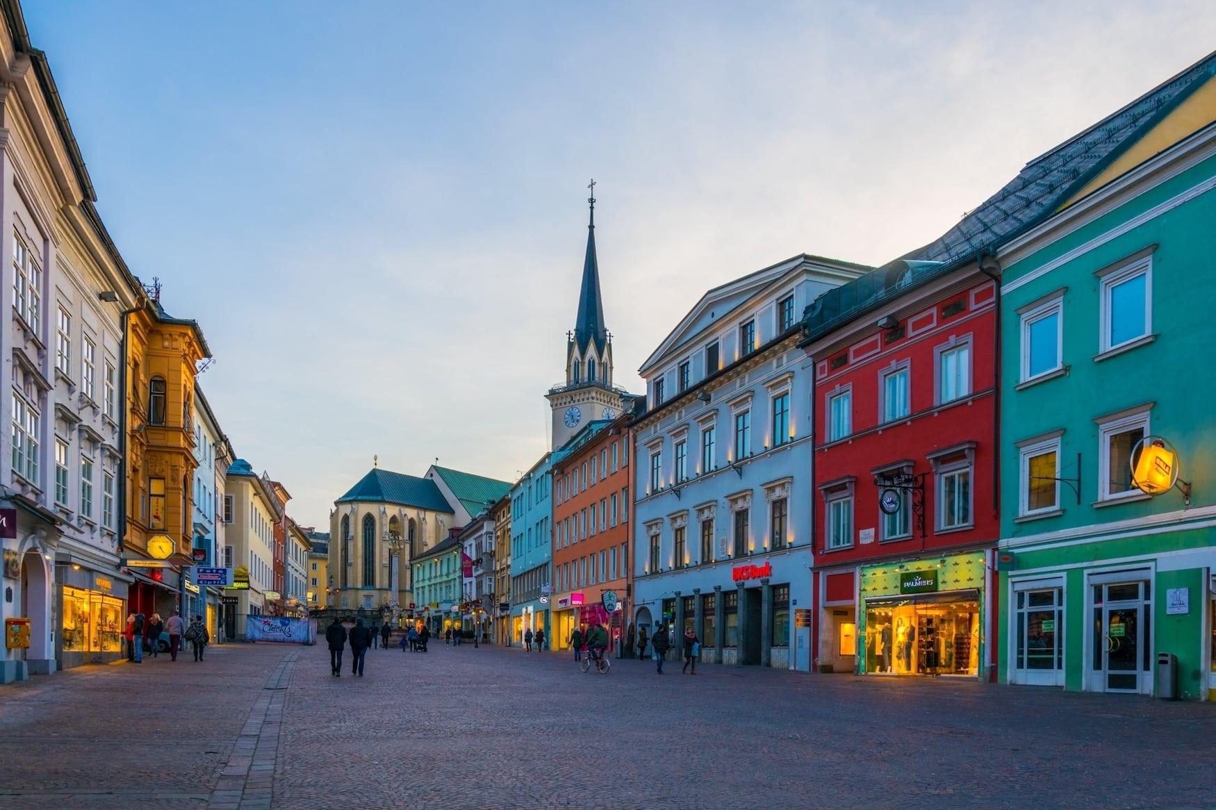 Bunte Häuserfassaden in Altstadt von Villach