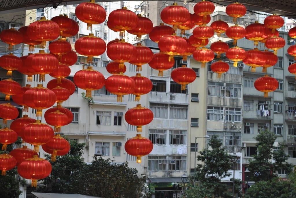 Zu den Feierlichkeiten des Chinesischen Neujahrs im März erlleuchtet der Hochhausdschungel in rot.